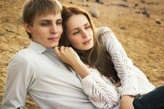 Söt flicka och pojke tillsammans på stranden Royaltyfria Bilder