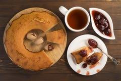 Söt frodig muffin med jordgubbedriftstopp och te Royaltyfria Bilder