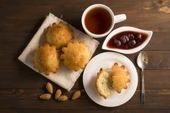 Söt frodig muffin med jordgubbedriftstopp och te Royaltyfria Foton