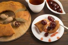 Söt frodig muffin med jordgubbedriftstopp och te Arkivfoton