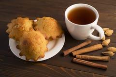Söt frodig muffin med te Arkivfoto