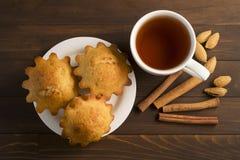 Söt frodig muffin med te Arkivbilder