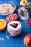 Söt frukost på en blå trätabell Royaltyfria Foton