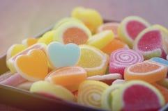 Söt godis, anstrykningfrukt, efterrätt som är färgrik, fokus på hjärtaform och begrepp i dagen för valentin` s för förälskelse royaltyfri foto