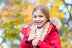 Söt godis för trick eller för fest Söt godis hennes trofé på den halloween dagen Lag för ungeflickakläder för nedgångsäsong Gladl arkivbild