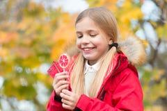 Söt godis hennes trofé på den halloween dagen Söt godis för trick eller för fest Lag för ungeflickakläder för nedgångsäsong Gladl arkivfoton