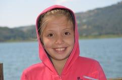 söt gullig flicka på kanten av sjön Abant Royaltyfria Bilder