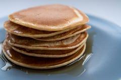 Söt hemlagad bunt av pannkakor med lönnsirap för frukost fotografering för bildbyråer
