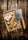 Söt honung i hårkammen med en gammal handyxa Arkivfoton