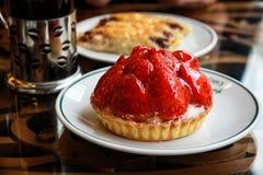 Söt jordgubbeefterrätt i det Istanbul kafét Royaltyfri Foto