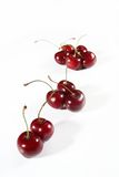 Söt körsbär för grupp som isoleras på vit Arkivfoto