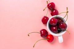 Söt körsbär i den vita koppen royaltyfri foto