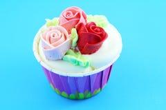 Söt kaka för rosblommakopp Fotografering för Bildbyråer