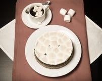 Söt kaka med choklad och kakao med marshmallower på en svart Royaltyfri Fotografi