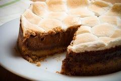 Söt kaka med choklad på en ljus trätabell Selektiv foc Arkivfoto