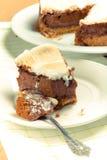 Söt kaka med choklad på en ljus trätabell Selektiv foc Royaltyfri Fotografi