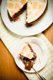 Söt kaka med choklad på en ljus trätabell tonat Arkivfoton