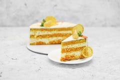 söt kaka med den orange bakgrundsmatcitronen Royaltyfria Bilder