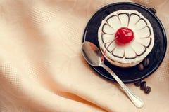 Söt kaka med en körsbär Royaltyfri Bild