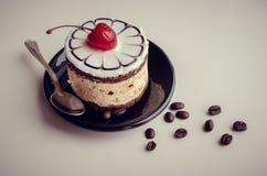 Söt kaka med en körsbär Royaltyfri Foto
