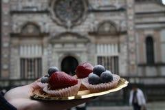 Söt kaka och kyrka royaltyfri foto