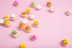 Söt kaka på rosa bakgrund Arkivfoto