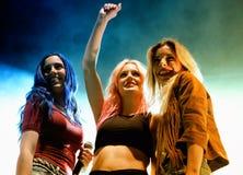 Söt Kalifornien flickamusikband på den Primavera popfestivalen vid Los 40 Principales Arkivbilder