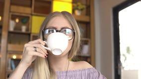 söt kopp för giffel för bakgrundsavbrottskaffe Dricka kaffe för kvinna stock video