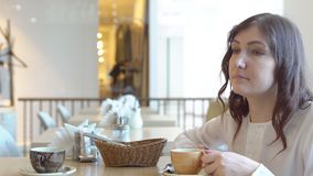 söt kopp för giffel för bakgrundsavbrottskaffe Ung kvinna i en cafe arkivfilmer