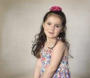 Söt liten flicka med långt brunt hår royaltyfria foton