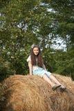 Söt liten flicka på sugröret arkivfoto