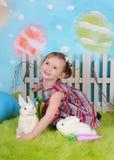 Söt litet barnflicka med kaninen på easter Royaltyfri Fotografi