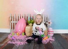 Söt litet barnflicka på easter med huvudbindeln Royaltyfri Foto