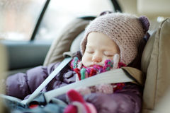 Söt litet barnflicka som sover i ett bilsäte Royaltyfria Bilder