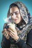 Söt lukt av hennes favorit- varma drink Arkivfoton