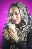 Söt lukt av hennes favorit- varma drink Fotografering för Bildbyråer