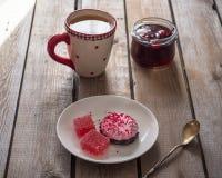 Söt lunch med marshmallower och marmelad, grönt te i ett stort keramiskt rånar royaltyfri fotografi