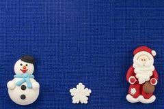 Söt mastix för julstatyetter på en blå bakgrund Royaltyfri Foto