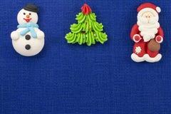 Söt mastix för julstatyetter på en blå bakgrund Royaltyfria Bilder
