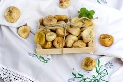 Söt och näringsrik frukt för läckerhet, - torkade organiska fikonträd på tabellen royaltyfri bild