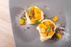 Söt pannkaka med persikan och choklad Arkivbilder