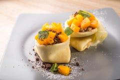 Söt pannkaka med persikan och choklad Royaltyfri Foto