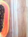 Söt papaya på trä Royaltyfri Foto
