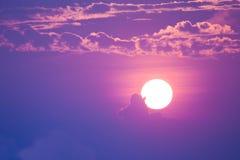 Söt pastellfärgad solnedgång eller soluppgång, mjuk fokus Arkivfoto