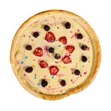 Söt pizza med kräm och frukt på isolerad bakgrund arkivbilder