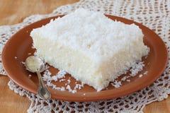 Söt pudding för couscous (tapioka) (cuscuzdoce) med kokosnöten Royaltyfri Bild