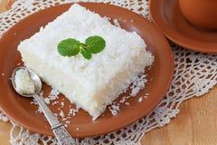 Söt pudding för couscous (tapioka) (cuscuzdoce) med kokosnöten Royaltyfri Foto