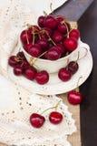 Söt röd körsbär i bunke royaltyfri fotografi