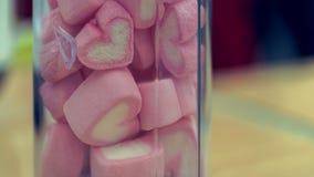 Söt rosa marshmallowgodis i krus fotografering för bildbyråer