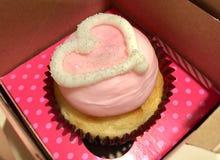 Söt rosa muffin med hjärta Arkivbild